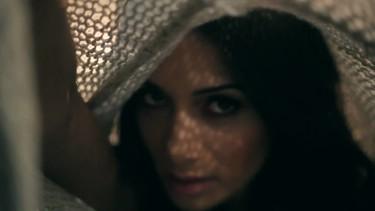 A Nicole Scherzinger Z se le enreda el pelo con las cortinas en su último vídeo