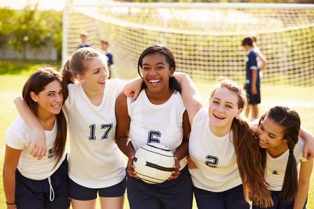 Nada es imposible: da un gran ejemplo a sus hijas creando para ellas una colección de cromos de la Liga Femenina de Fútbol