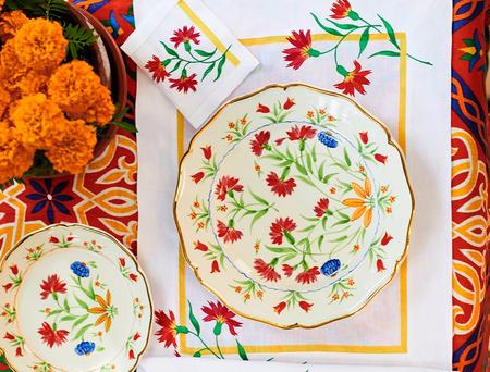 Carolina Herrera lanza su primera (y colorida) colección de mesa ¡Y la queremos ya!