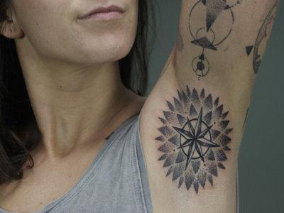 La última tendencia en tatuajes lleva un mundo de color y diseño a tus axilas (y puede que bastante dolor)