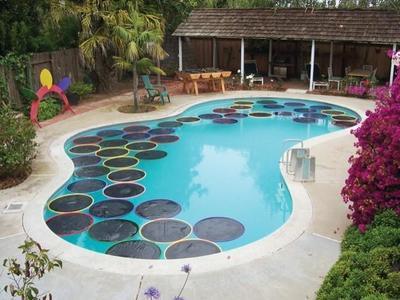 Los niños ya se pueden bañar en la piscina con el agua calentita