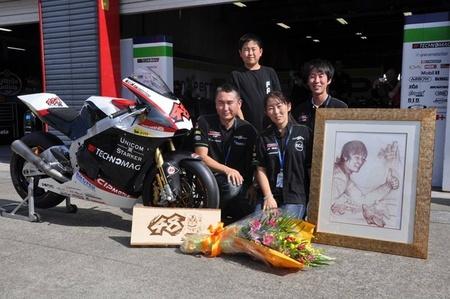 El Technomag-CIP hace entrega de una moto a los padres de Shoya Tomizawa