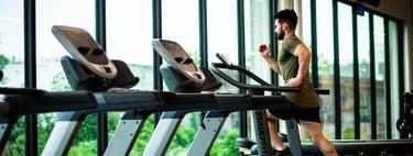 Preparar una carrera entrenando en la cinta del gimnasio: los mejores trucos para hacerlo divertido