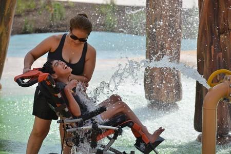 Niño con discapacidad disfrutando