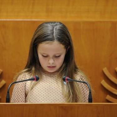 """""""Tengo ocho años y soy transexual"""", el emotivo discurso de Elsa en la Asamblea de Extremadura sobre la diversidad"""