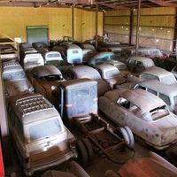 Este ranchero de Texas quería abrir un museo, pero ha decidido vender su colección de 700 coches... ¡DeLorean incluido!