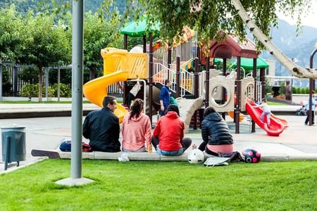 Padres en parque infantil
