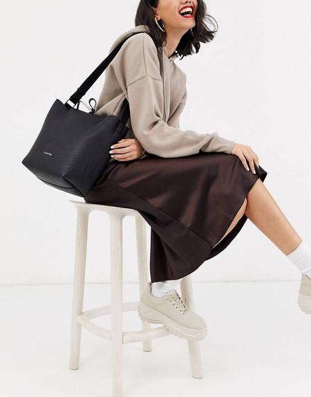Este bolso reversible de Calvin Klein es el perfecto 24/7 y está rebajado en ASOS: por 86,99 euros y envío gratis