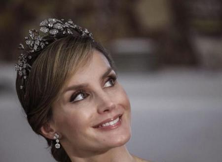 """¿Te gustaría ser el encargado de crear el vestido de coronación de la Reina Letizia? Los diseñadores españoles """"responden"""""""