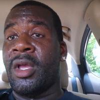 Un padre se encierra en su coche apagado al sol para dar un importante mensaje