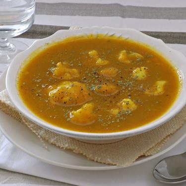 Coliflor en sopa cremosa de verduras y calabaza: receta reconfortante para disfrutar de las verduras