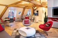 Puertas abiertas: Loft des Innocents en París, blanco y madera con detalles en rojo intenso