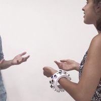 Esta pulsera promete inhabilitar los micrófonos de alrededor con ultrasonidos para que no escuchen las conversaciones