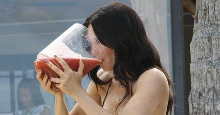 Courteney bebiendo