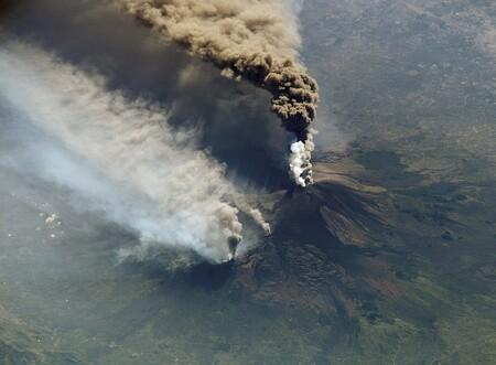 Y ahora el volcán Etna, en Sicilia, también entra en erupción: su nube ya ha alcanzado una altura de 9 kilómetros