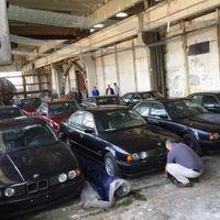 Este garaje búlgaro escondía un alijo de 11 BMW Serie 5 E34 sin estrenar y sin matricular