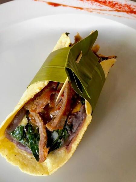 Taco de hoja santa rellena de quesos con salsa de chile meco y tasajo estilo Oaxaca. Receta fácil de comida mexicana