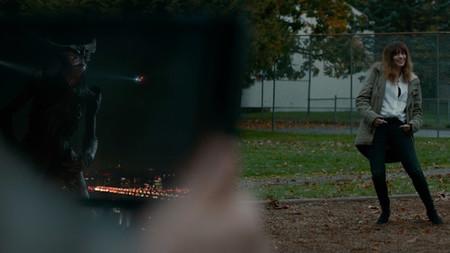 'Colossal', primer tráiler de lo nuevo de Nacho Vigalondo, con Anne Hathaway controlando a un kaiju