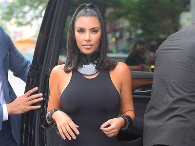 Kim Kardashian rescata el mini vestido negro de libra para convertirlo en auténtica tendencia