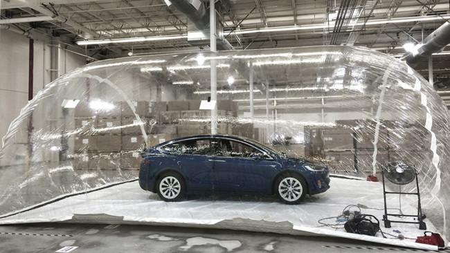 ¿Sabías que el Tesla Model X tiene un 'modo defensa ante arma biológica'?