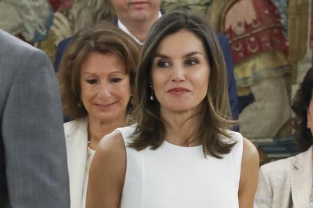Doña Letizia escoge el total white en uno de los estilismos más minimalistas de la temporada