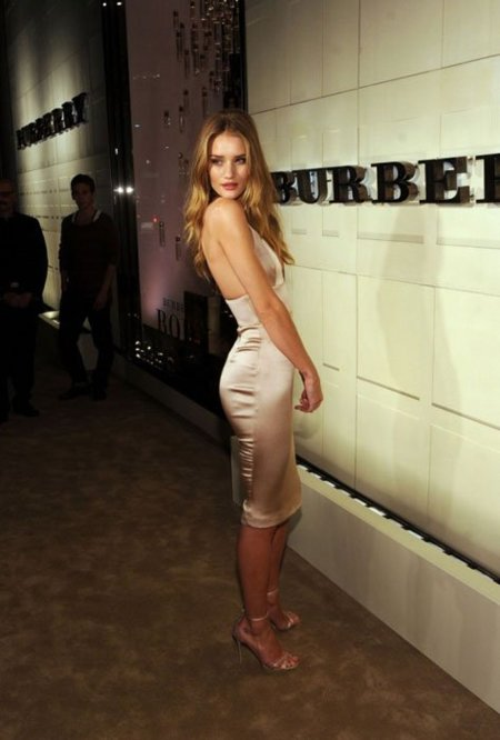 Fiesta Burberry Body en Los Angeles: el body es Rosie Huntington-Whiteley