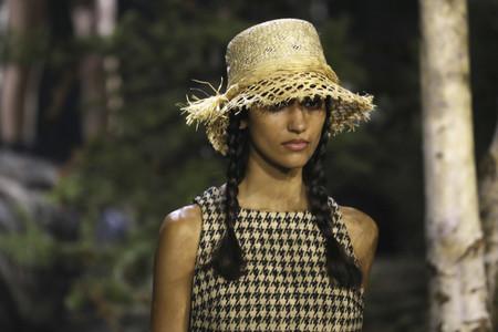 Dior nos promete un verano en trenzas, sombrero de yute y vestidos con sandalias de esparto: así los llevaremos