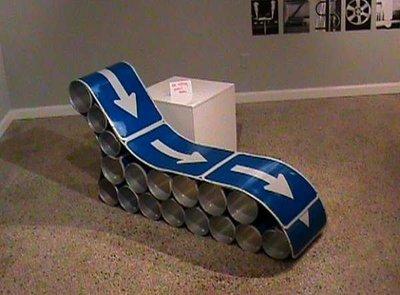 Recicladecoración: un asiento hecho con señales de tráfico