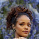 Rihanna aterriza en París y desluce (o no) un maxi abrigo rosa en el desfile de Dior