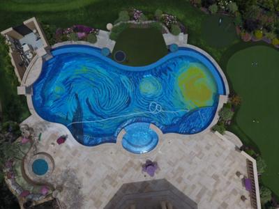 """¿Qué tiene """"La Noche Estrellada"""" de Van Gogh que lo mismo te decora una piscina que un preservativo?"""
