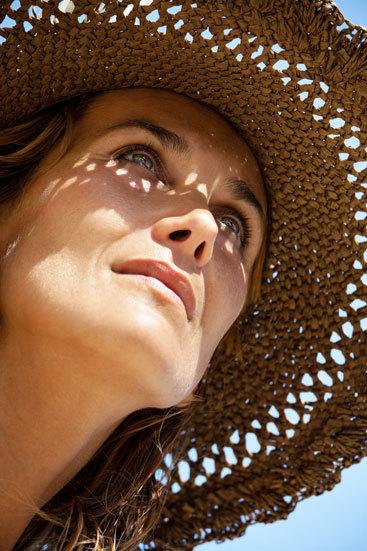 protegete el rostro del sol con una pamela