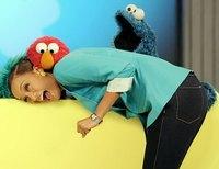 El monstruo de las galletas le soba el culo a Tyra Banks