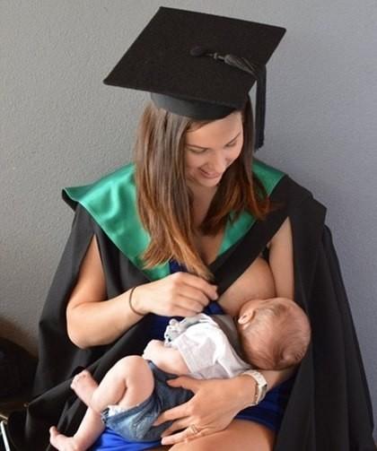 Una mujer publica una foto amamantando en su graduación para motivar a las madres a estudiar