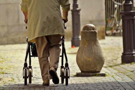 Rodillas débiles y riesgo de caída en personas mayores (estudio)