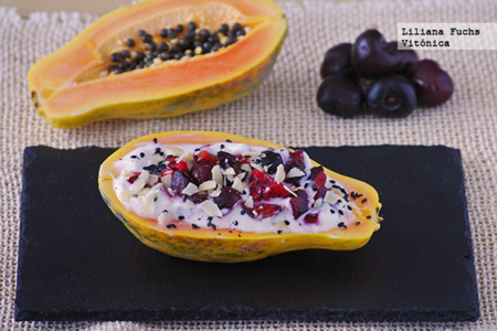 Barquitas de papaya con yogur y cerezas. Receta saludable