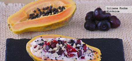 Barquitas de papaya con yogur y cerezas. Receta saludable
