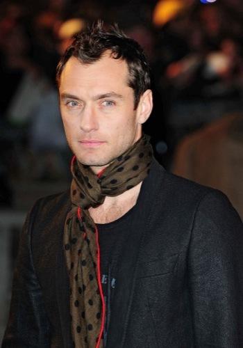 Jude Law en la premiere de Sherlock Holmes, pañuelo