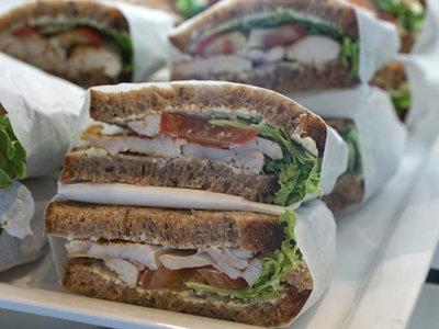 Seis meses y 1.500 dólares para hacer un sándwich de pollo
