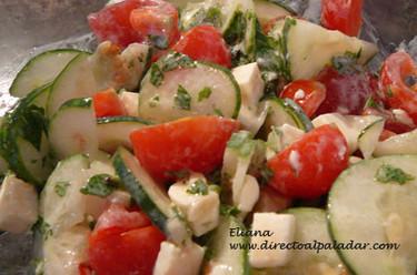 Ensalada de pepino y tomates cereza con yogur y hierbabuena. Receta