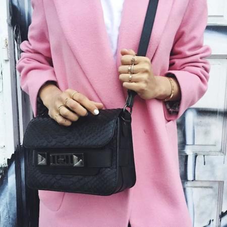 Atrévete a protegerte del frío con un buen abrigo rosa
