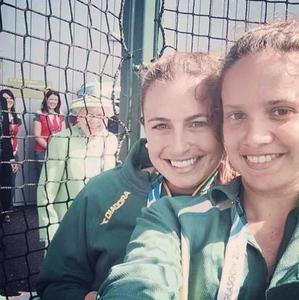Su Graciosa Majestad se cuela en un selfie al más puro estilo photo-bombed