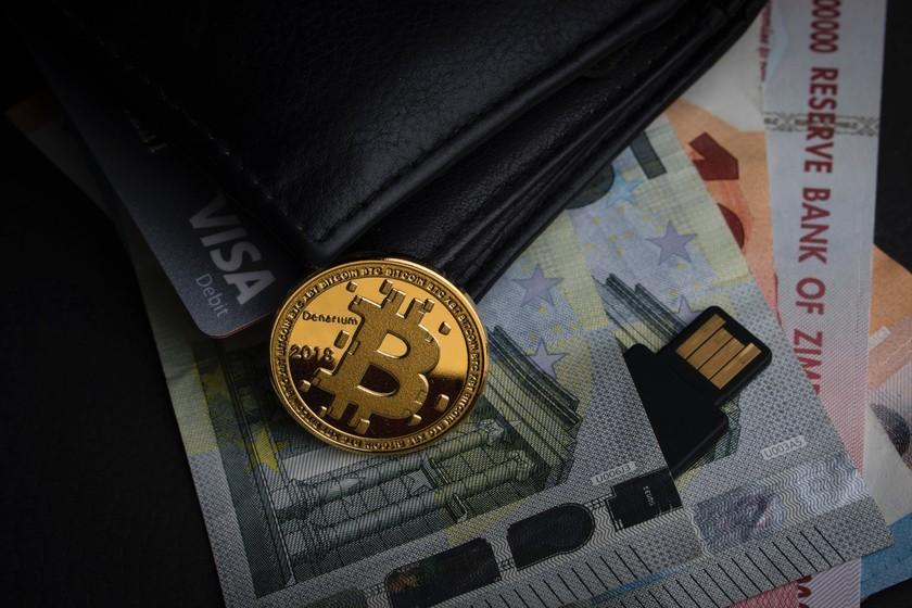 Pierde 58 millones de dólares en Bitcoin tras esconder las claves en una caja de la caña de pescar y su casero se la tira