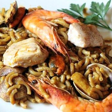 Fideuá de marisco y atún fresco, receta lista en 30 minutos (o menos)