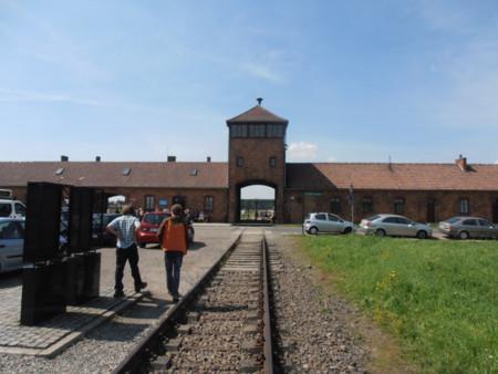 Vía del tren que cruza la entrada de Auschwitz II-Birkenau