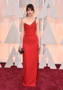 Dakota Johnson derrocha naturalidad sobre la alfombra roja de los Oscar 2015