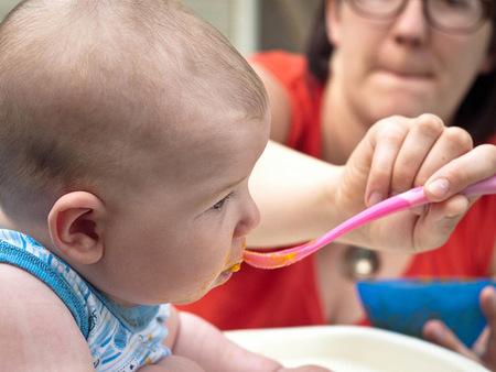 Bebé y fruta