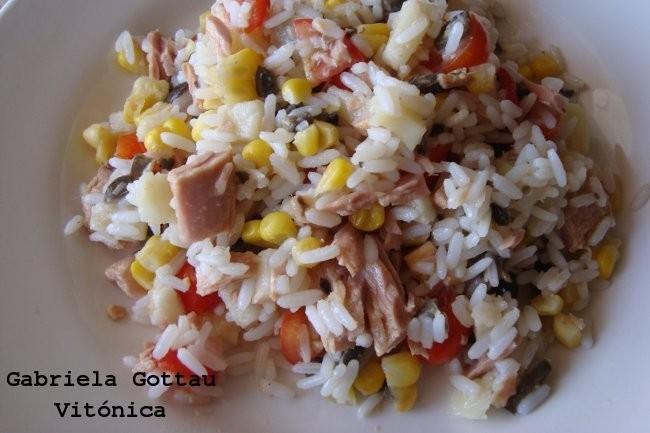 Receta saludable de ensalada de arroz at n y vegetales varios - Ensalada de arroz con atun ...
