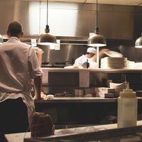 Barcelona contra las cocinas fantasma: suspenden las licencias de los restaurantes del 'delivery' por proteger los tradicionales