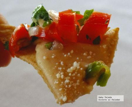 nacho_con_salsa_de_frijoles_agtc.jpg