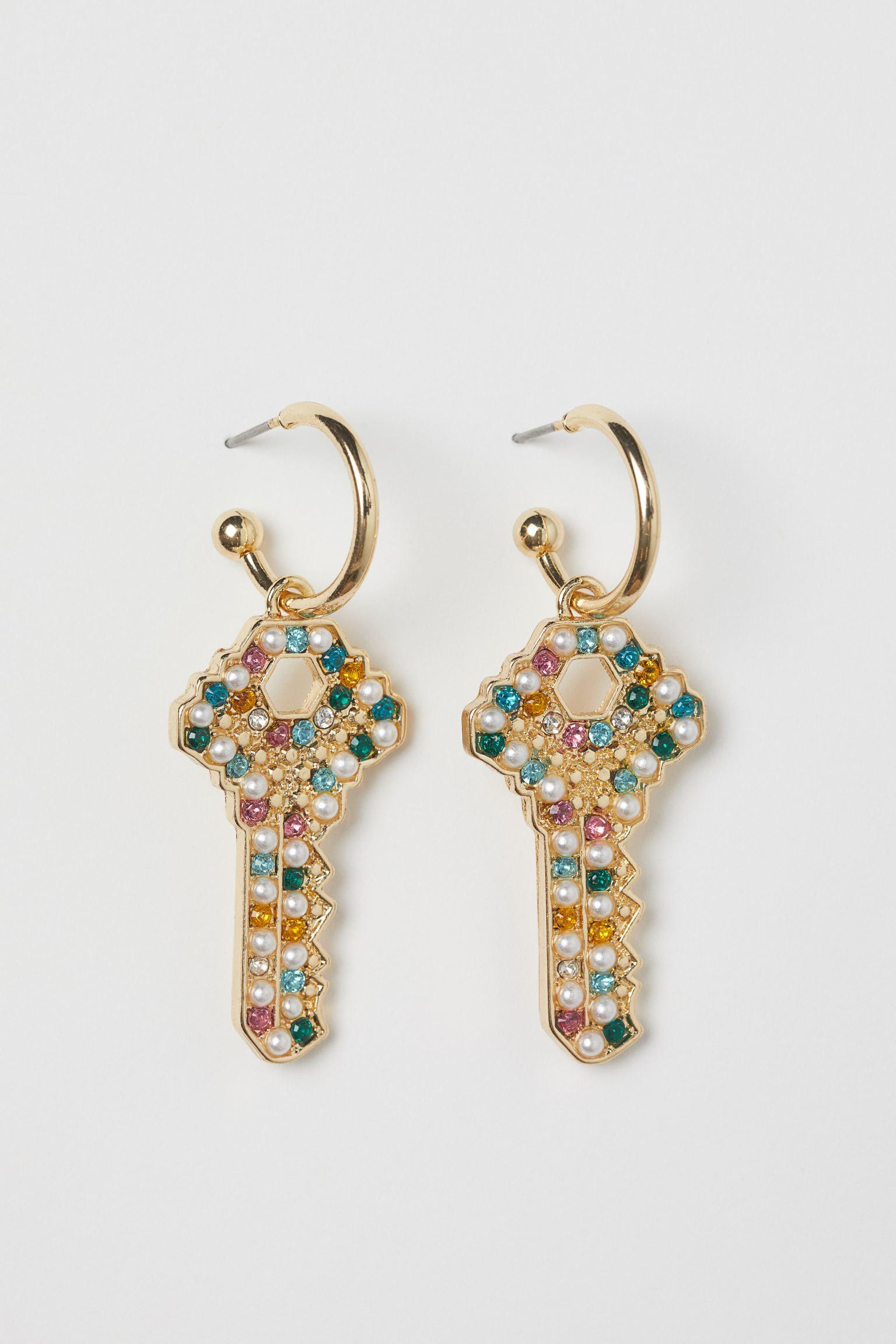 Pendientes en forma de llave con strass multicolor y perlas